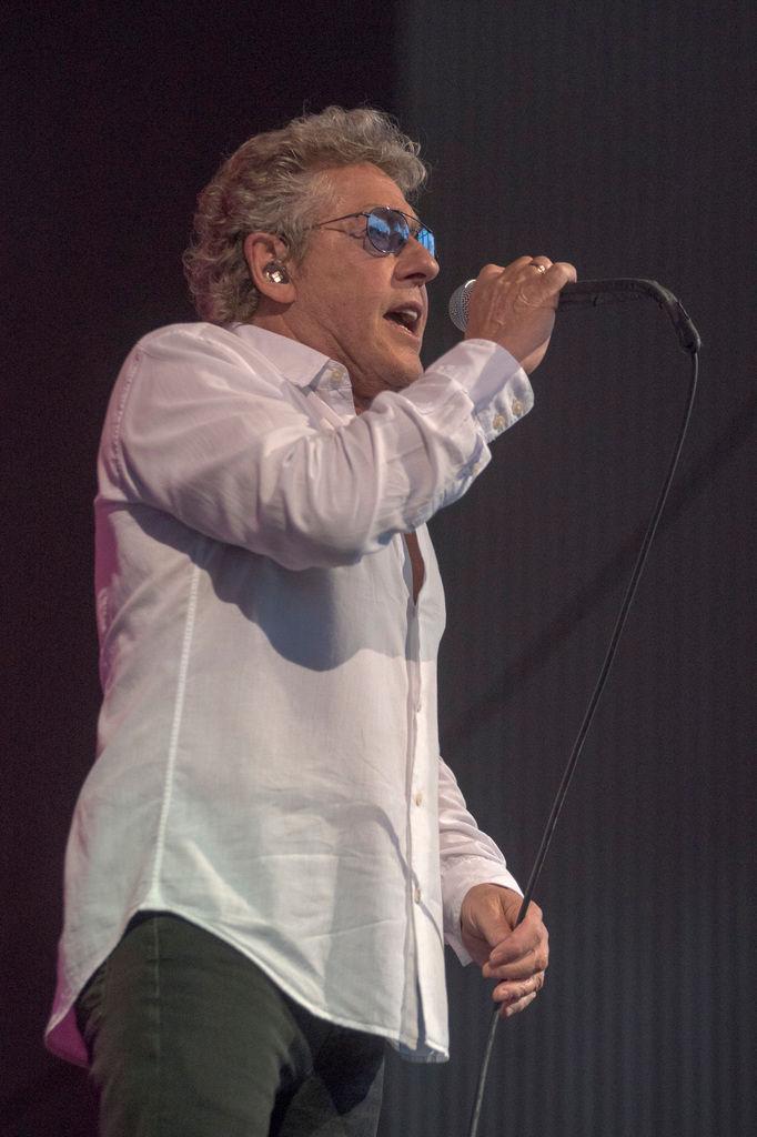 12f5e9af902374 Warren Linhart. Roger Daltrey performing The Who s ...