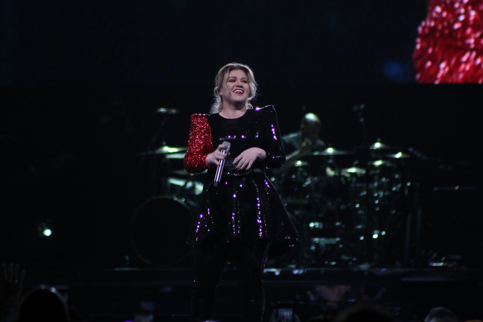 Kelly Clarkson's towering voice slays thousands in Cleveland