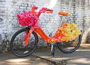 Since November pottspurls had been crocheting yellow, orange and red yarn into a soft, warm second skin for one of those blue rental bicycles that you see all over town. (Photo courtesy of pottspurls)