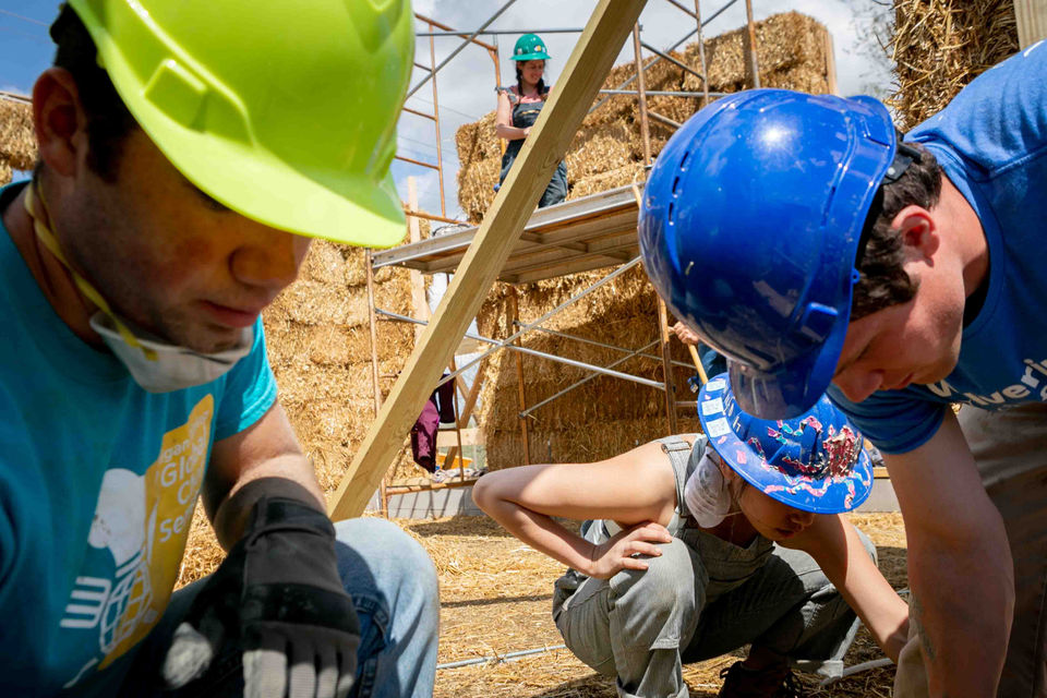 University of Michigan students go off the grid with straw-bale building