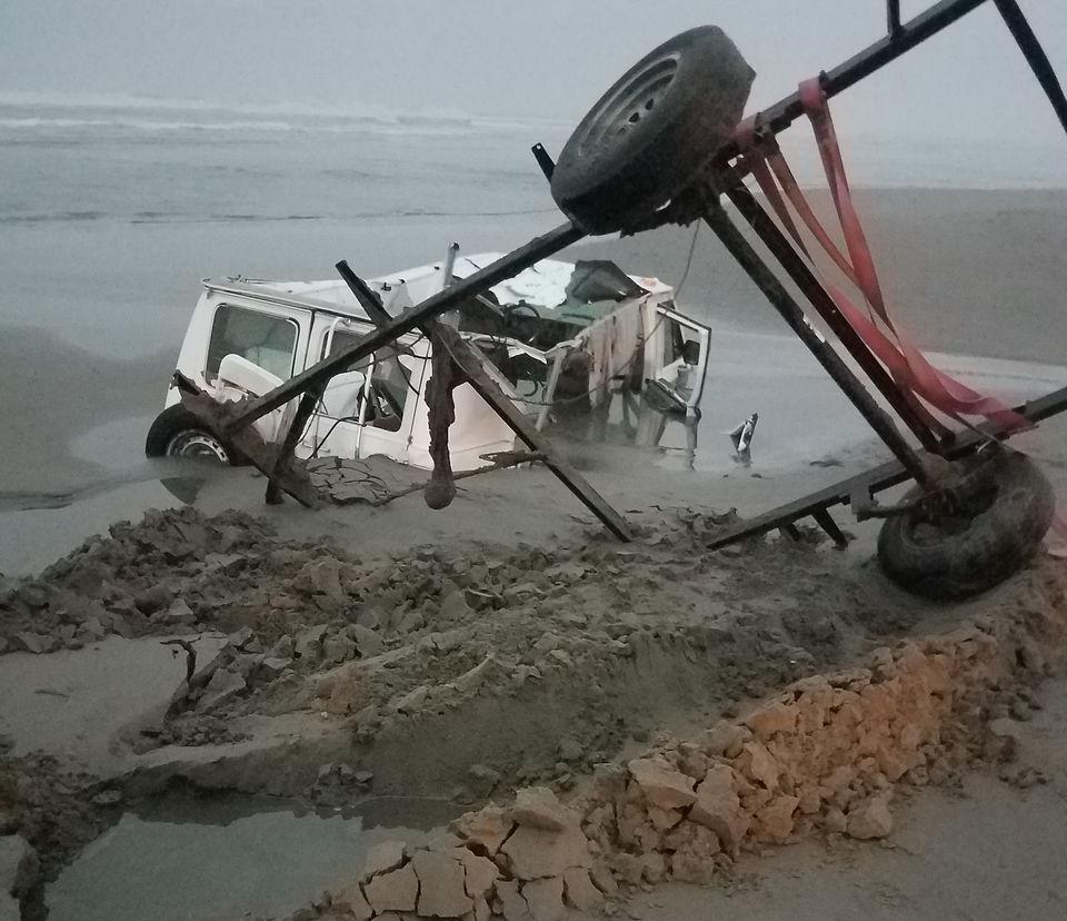 Van stuck and sinking in Oregon surf is 'smaller version of