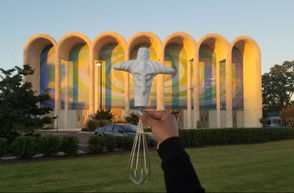 Whitten created an Eggbeater Jesus eggbeater and an Eggbeater Jesus ornament to appeal to the locals' pride in the landmark.