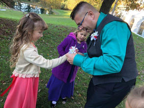 Elementary school teacher takes former students to daddy-daughter dance after their father's death