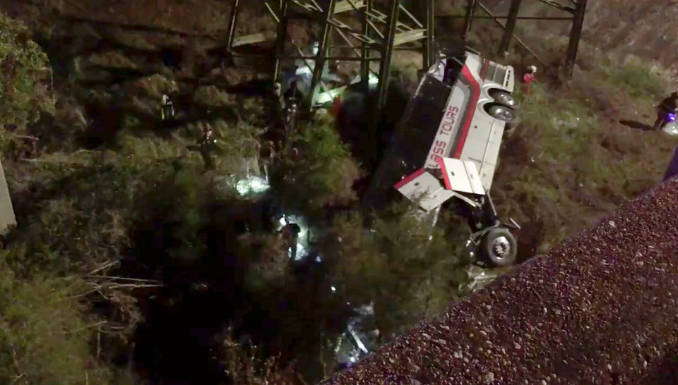 1 dead, dozens injured after bus with Texas students falls off I-10 into ravine near Alabama-Florida line