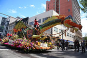 Showers don't dampen spirit of Rose Festival's Grand Floral Parade