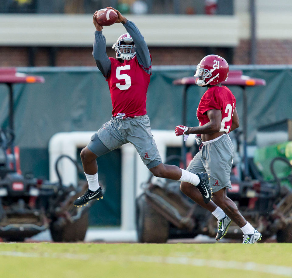 Alabama DB tries to keep hand injury under wraps