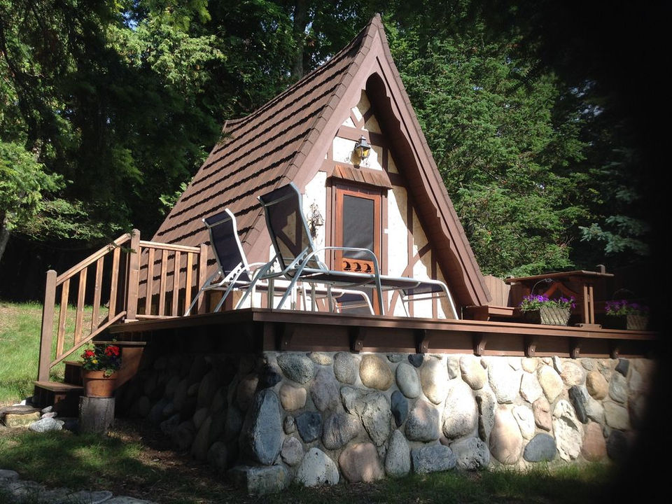 25 adorable tiny houses to rent in michigan for Tiny house holland michigan